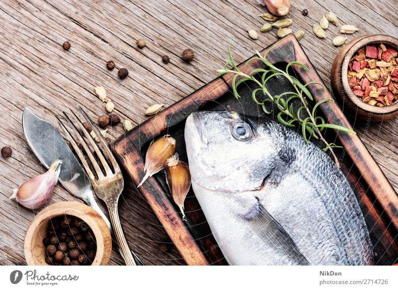Rohe frische Goldbrasse Dorado Fisch ungekocht Lebensmittel Meeresfrüchte Gesundheit roh Bestandteil Dorade-Fisch MEER Tisch Zitrone Essen zubereiten Diät