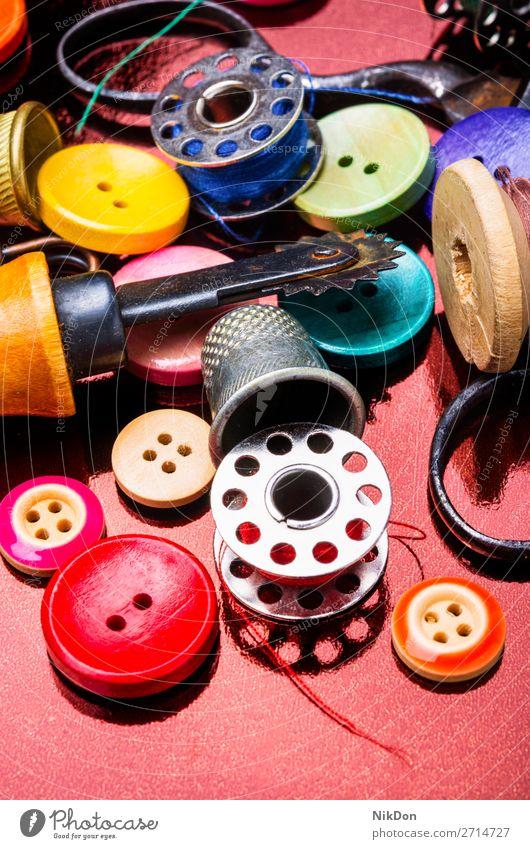 Nähwerkzeuge und Zubehör Nähen Schaltfläche Schneider Mode Werkzeug Faser Handwerk Design Bekleidung retro Spule Handarbeit Farbe Nahaufnahme nähen Schere