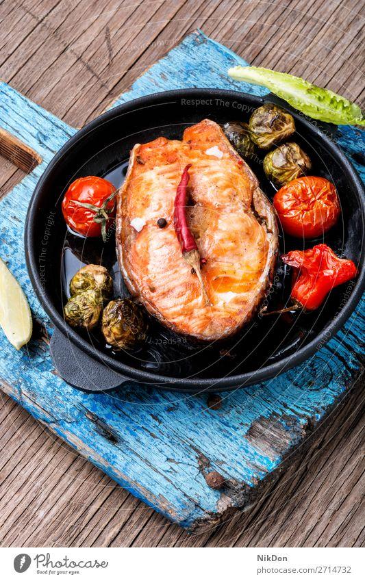 In der Pfanne gebratener Lachs Fisch gegrillt Lachssteak gebackener Lachs Grillrost Bratpfanne Meeresfrüchte Lebensmittel Gesundheit Mahlzeit Fisch-Steak Gemüse