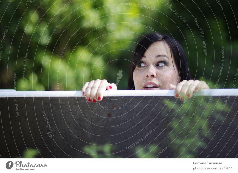 Kuckuck! Mensch Frau Jugendliche schön Baum rot Sommer Freude Erwachsene feminin Wand Spielen Mauer Garten lustig Park