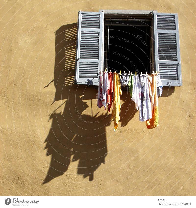 noch | ein Kessel Buntes | vorm Fenster Haus Mauer Wand Fassade Fensterladen Wäscheleine Wäscheklammern Linie Streifen hell Originalität mehrfarbig Lebensfreude