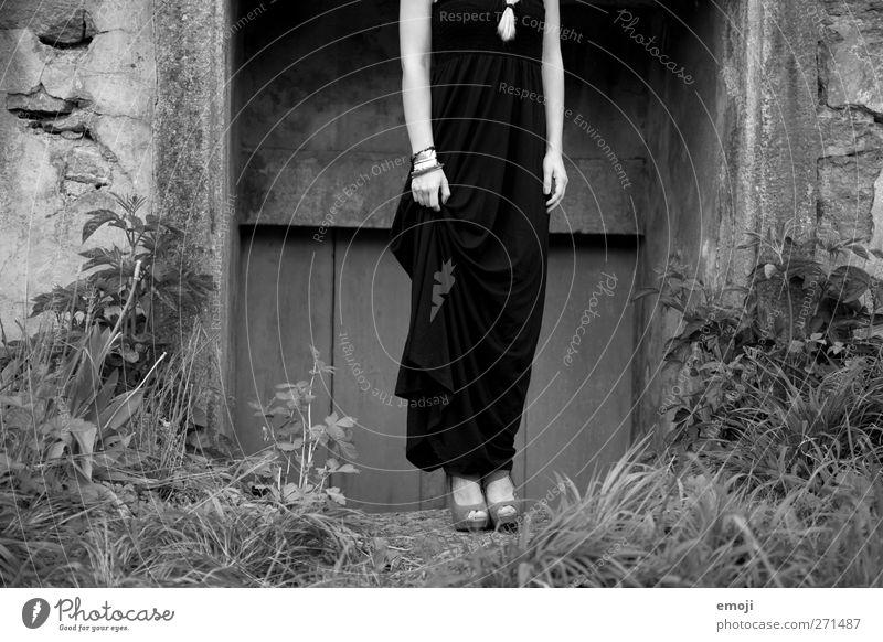 Eleganz feminin Junge Frau Jugendliche 1 Mensch 18-30 Jahre Erwachsene Mode Kleid schön elegant Schwarzweißfoto Außenaufnahme Tag Totale Ganzkörperaufnahme