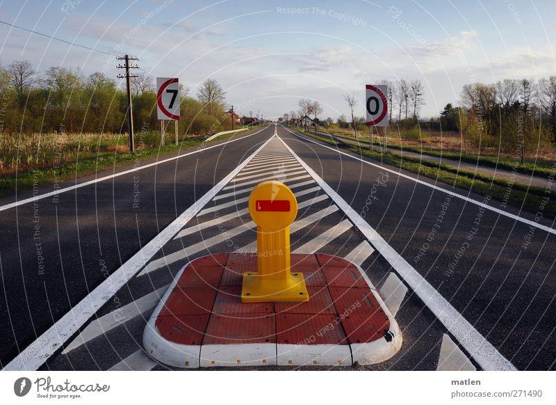 Strecke zur WM Dorf Menschenleer Verkehrswege Straßenverkehr Verkehrszeichen Verkehrsschild gelb grau rot weiß Ordnung Verkehrsinsel Teilung
