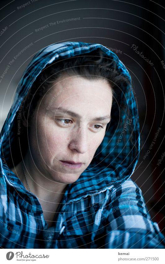 Blues Lifestyle Stil Mensch feminin Frau Erwachsene Leben Kopf Gesicht Auge Nase Mund 1 30-45 Jahre Bekleidung Hemd kariert Kapuze blau Gefühle Traurigkeit