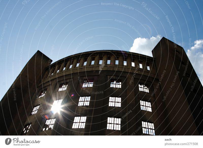 blinzeln Energiewirtschaft Himmel Sonne Sonnenlicht Schönes Wetter Menschenleer Bauwerk Gebäude Architektur Gasometer Fassade Fenster Turm alt blau