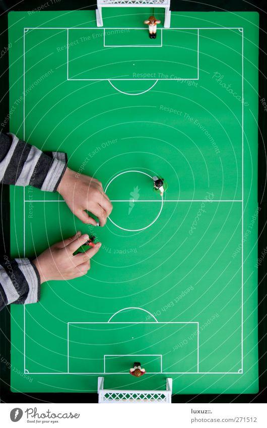 Handspiel Fußball Fußballplatz Spielen Ball Match Tor Stadion stoßen Mittelfeld Tischfußball Vogelperspektive gestreift Mittellinie Mittelkreis Farbfoto Kind
