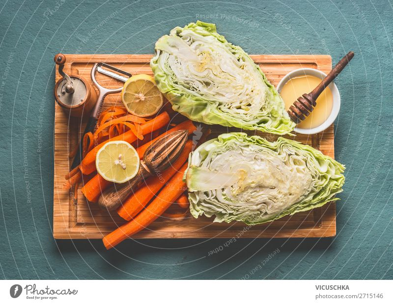 Zutaten für gesunden Kohlsalat Lebensmittel Gemüse Salat Salatbeilage Ernährung Mittagessen Bioprodukte Vegetarische Ernährung Diät Geschirr Stil Design