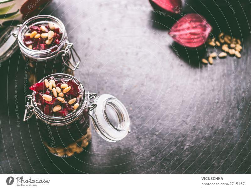 Rote Bete Salat im Glas für gesunder Mittagspause Lebensmittel Gemüse Salatbeilage Ernährung Mittagessen Bioprodukte Vegetarische Ernährung Diät Geschirr Stil
