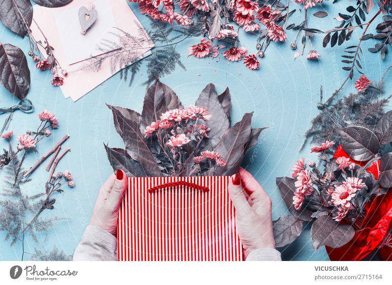 Weibliche Hände halten Geschenk Tüte mit Blumen kaufen Design schön Party Feste & Feiern feminin Hand Dekoration & Verzierung Blumenstrauß Schleife rot