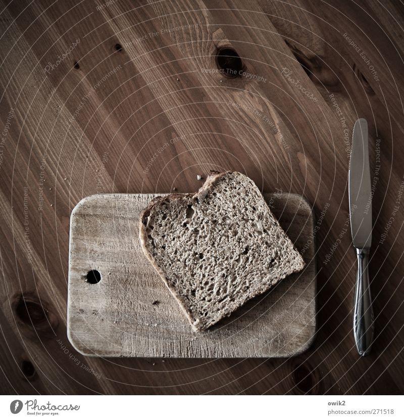 Kalte Küche Lebensmittel Brot Brotscheibe Schnitte Schnittbrot Ernährung Frühstück Diät Messer Schneidebrett Tischplatte Holz Holzbrett Holztisch Metall liegen