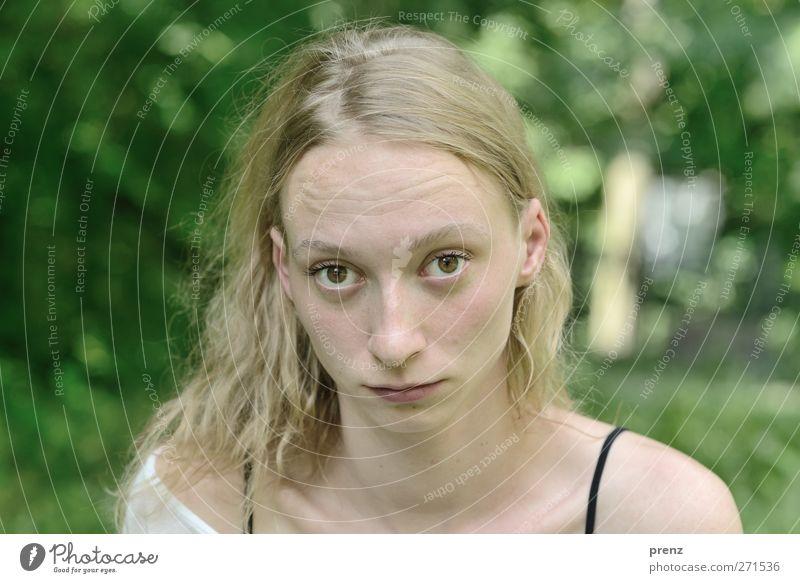 Frau Portrait 1 Mensch feminin Junge Frau Jugendliche Erwachsene Haare & Frisuren Gesicht 18-30 Jahre frech Neugier grün Stirnfalte Blick Fragen blond Farbfoto