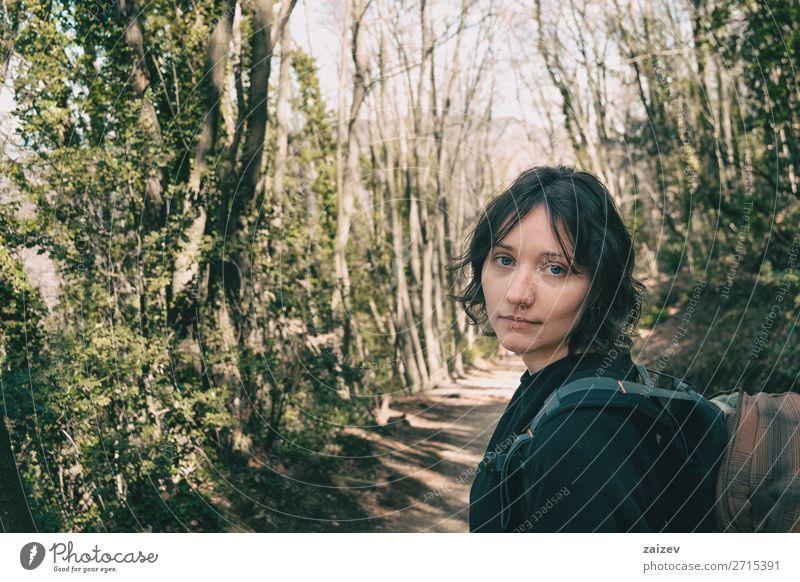 Porträt eines blauäugigen Wanderers, der im Wald in die Kamera schaut schön Gesicht Ferien & Urlaub & Reisen Abenteuer wandern Mensch Frau Erwachsene Umwelt