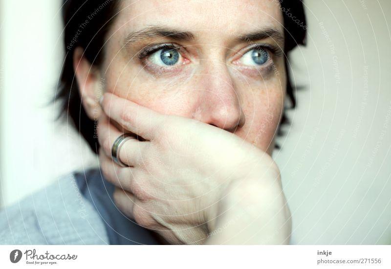 pale blues Junge Frau Jugendliche Erwachsene Leben Gesicht 1 Mensch 30-45 Jahre Ring schwarzhaarig Denken Blick träumen Traurigkeit warten feminin blau Gefühle