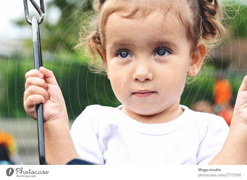 Schönes kleines Mädchen im Park Lifestyle Freude Glück schön Freizeit & Hobby Spielen Freiheit Sommer Garten Kind Mensch Kleinkind Frau Erwachsene