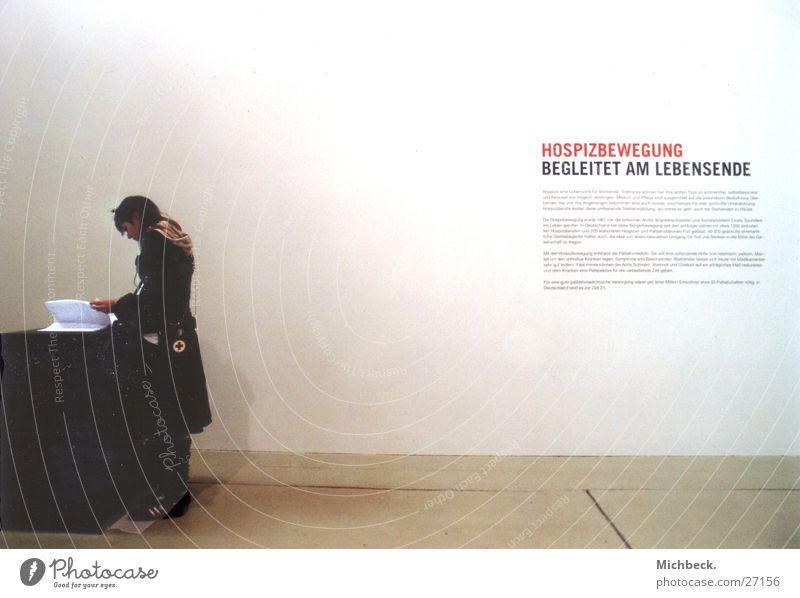 Nachdenklich Frau Denken lesen Ausstellung Gästebuch Sterbebegleitung