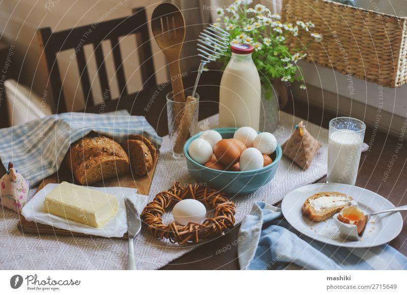 Land-Frühstück auf rustikaler Hausküche mit Bauerneiern Brot Teller Dekoration & Verzierung Tisch Küche Ostern frisch natürlich grün Tradition Lebensmittel Ei