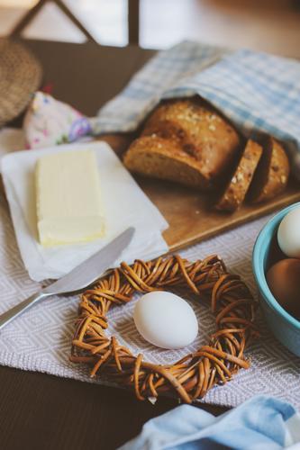 Land-Frühstück auf rustikaler Hausküche mit Bauerneiern Brot Teller Dekoration & Verzierung Tisch Küche Ostern frisch natürlich braun grün Tradition