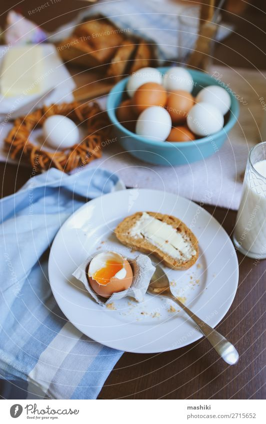Land-Frühstück auf rustikaler Hausküche mit Bauerneiern Brot Teller Dekoration & Verzierung Tisch Küche Ostern Landschaft Holz frisch natürlich braun grün