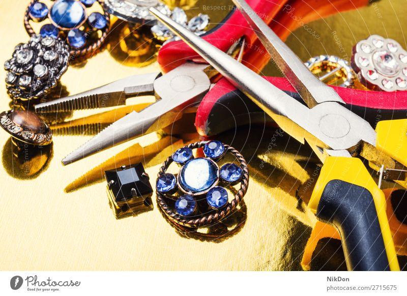 Werkzeuge und Zubehör für die Schmuckherstellung Juwel Diamant Reichtum glänzend Herstellung handgefertigt Brosche Frauen Kostbarkeit gold Mode Werkstatt Job