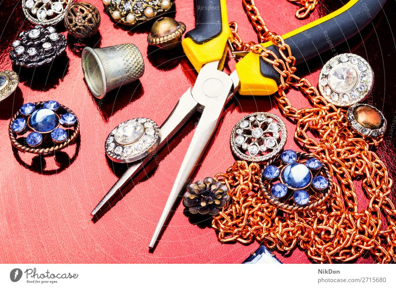 Werkzeuge und Zubehör für die Schmuckherstellung Kostbarkeit Juwel Diamant Reichtum Zange Herstellung handgefertigt Mode Werkstatt Job Designer reich Stein