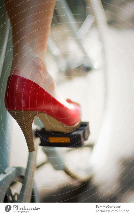 I'm on my way! Mensch Frau Jugendliche rot Erwachsene Junge Frau Bewegung Beine Fuß 18-30 Jahre Schuhe Fahrrad Haut warten hoch fahren