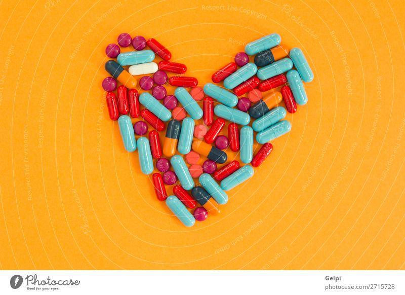 Herzförmig angeordnete Pillen auf orangem Hintergrund Flasche Gesundheitswesen Behandlung Krankheit Medikament Wissenschaften Krankenhaus blau weiß Schmerz