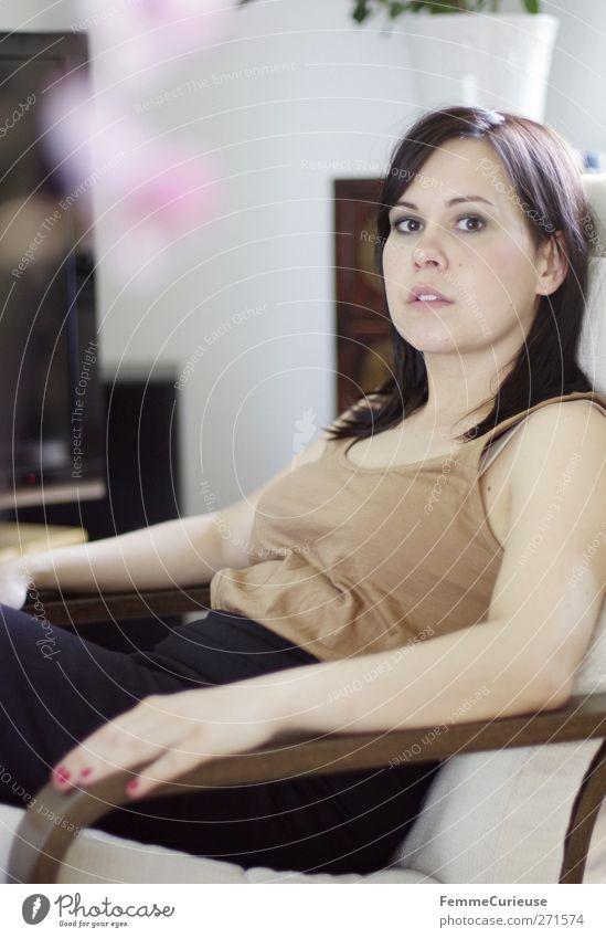Endlich Feierabend! Mensch Frau Jugendliche schön ruhig schwarz Erwachsene Erholung feminin Junge Frau Zufriedenheit 18-30 Jahre nachdenklich Konzentration dünn