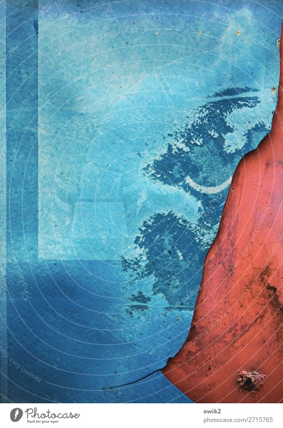 Harte Kante Kunststoff Schilder & Markierungen Hinweisschild Warnschild alt trashig blau rot Verfall Vergänglichkeit Zerstörung kaputt Schaden grinsen Demontage