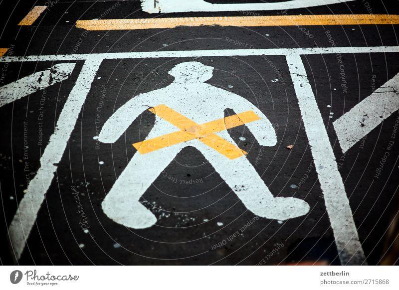 Mensch Asphalt Fahrbahnmarkierung Hinweisschild Warnhinweis Kreuz Linie Mann Menschenleer Piktogramm Straße Textfreiraum Zeichen Verbote gender gender studies