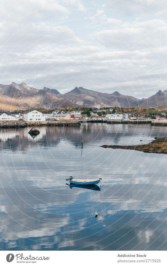 Kleines Boot auf dem See Wasserfahrzeug Berge u. Gebirge Natur Himmel Landschaft Ferien & Urlaub & Reisen blau ruhig Tourismus schön Reflexion & Spiegelung