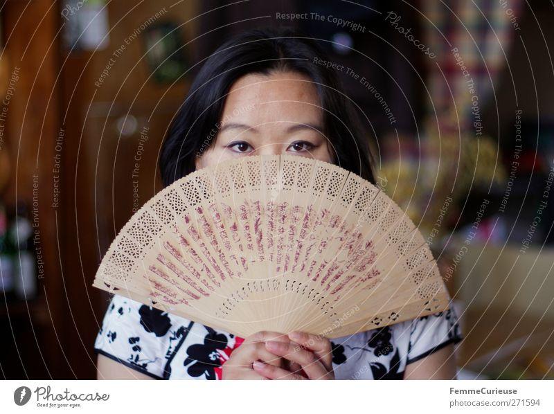 Aufgefächert. Mensch Frau Jugendliche Hand ruhig Erwachsene Gesicht feminin Wärme Junge Frau Luft 18-30 Jahre Häusliches Leben einzigartig Kleid Kultur