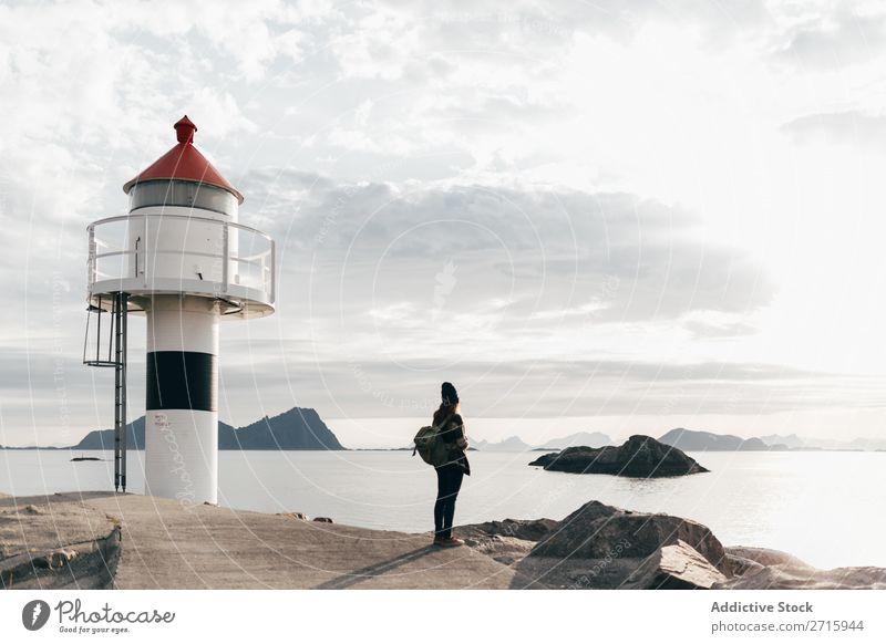 Frau mit Rucksack am Wasserturm See Turm Natur Fotografie Jugendliche