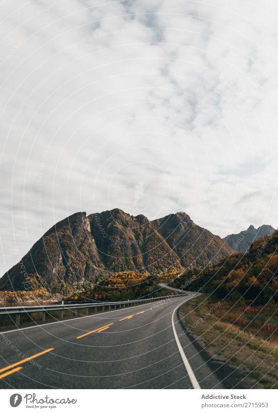 Leere Straße in den Bergen Hügel Berge u. Gebirge Gipfel Natur Autobahn ausleeren Landschaft Höhe Felsen Top Ferien & Urlaub & Reisen Abenteuer schön Klippe