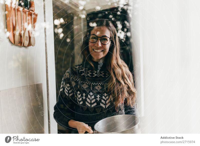 Lächelnde Frau mit Pot zu Hause heimwärts Topf kochen & garen heiter Küche Lebensmittel Koch Jugendliche Mahlzeit Gesundheit Glück Lifestyle Hausfrau heimisch