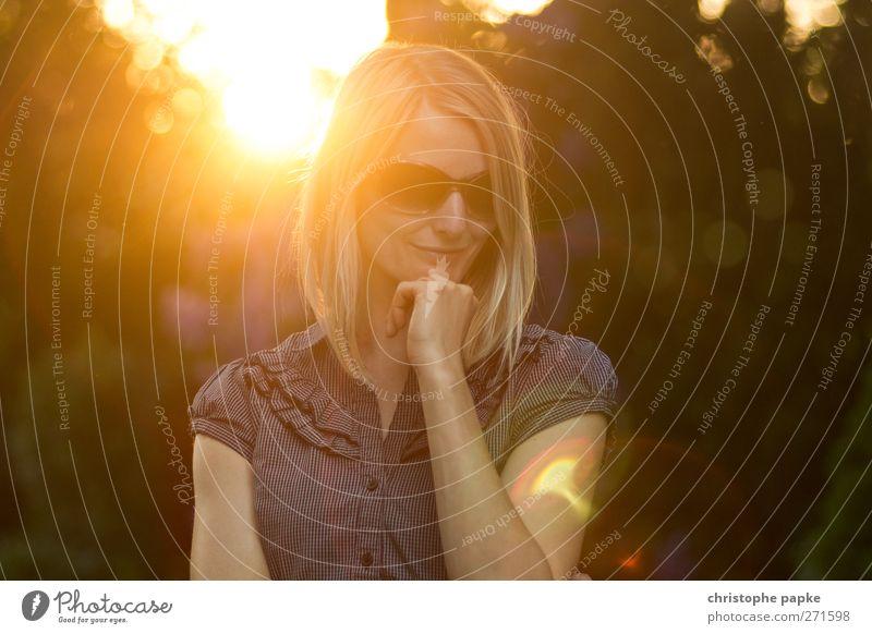 Sommerabend feminin Junge Frau Jugendliche 1 Mensch 18-30 Jahre Erwachsene Sonnenaufgang Sonnenuntergang Sonnenlicht Schönes Wetter Sonnenbrille blond Blick
