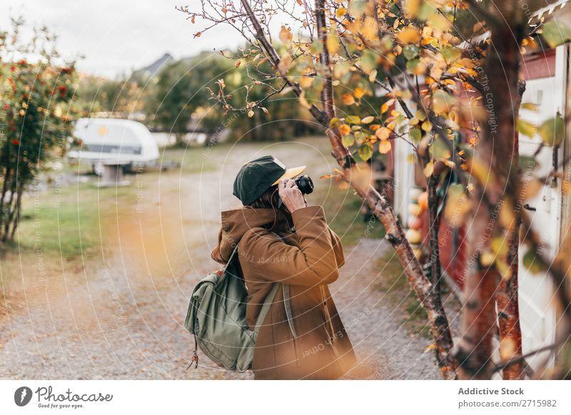 Tourist macht Aufnahmen vom Haus Fotokamera Herbst Ferien & Urlaub & Reisen Mensch Lifestyle