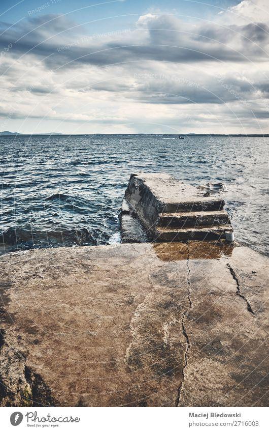 Seelandschaft mit einem Betonpfeiler. Ferien & Urlaub & Reisen Ferne Freiheit Sommerurlaub Strand Meer Insel Landschaft Himmel Wolken Horizont Küste Stimmung