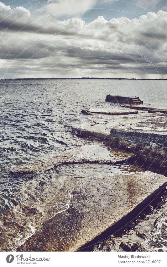 Seelandschaft mit einem Betonpfeiler. Ferien & Urlaub & Reisen Ferne Freiheit Sommer Sommerurlaub Strand Meer Insel Landschaft Himmel Wolken Horizont Unwetter