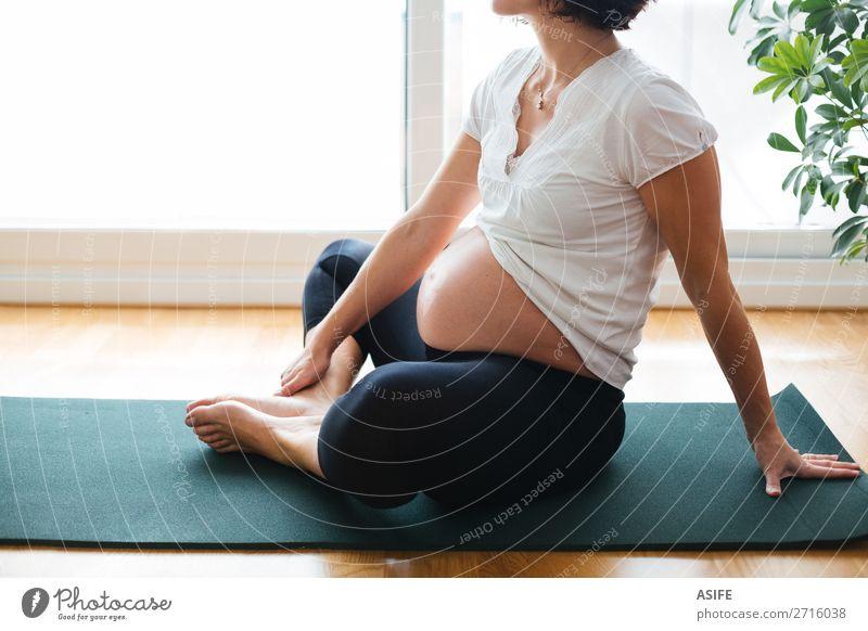 Frau grün Erholung Erwachsene Sport Glück Körper Aktion Zukunft Fitness Baby Mutter Gleichgewicht heimwärts Eltern schwanger