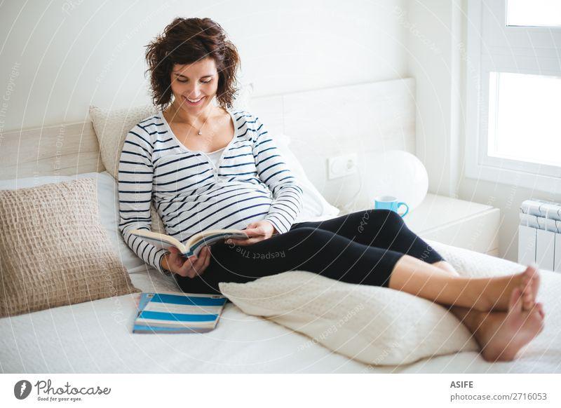 Frau schön Erholung Erwachsene Glück Freizeit & Hobby Körper sitzen Zukunft Buch Baby lesen Mutter heimwärts Eltern schwanger
