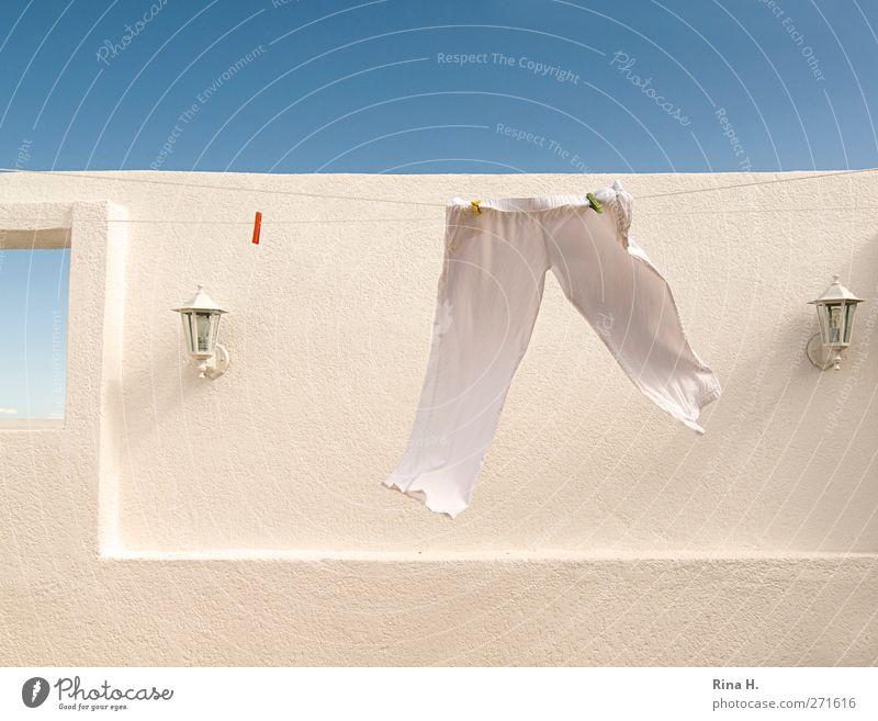 Im Sauseschritt.... blau weiß Sommer Wand Mauer lustig hell Zeit Fassade laufen frisch Schönes Wetter Sauberkeit Hose hängen leicht