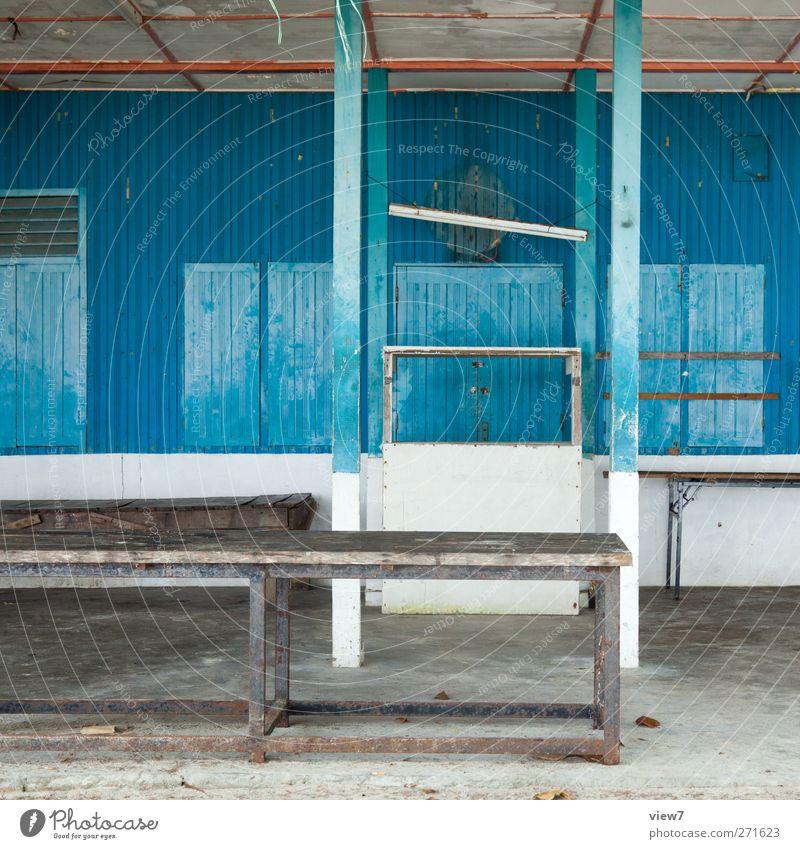 Nebensaison blau alt Haus Fenster Wand Holz Architektur Mauer Gebäude Tür geschlossen authentisch Häusliches Leben trist Wandel & Veränderung Vergänglichkeit