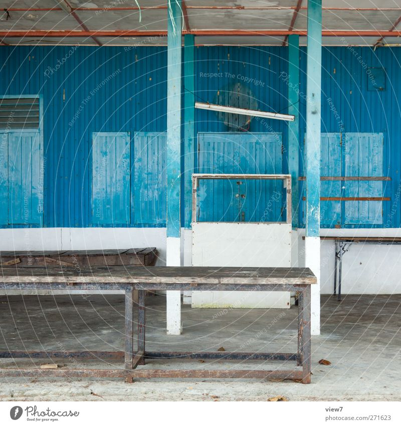 Nebensaison Hausbau Renovieren Hütte Bauwerk Gebäude Architektur Mauer Wand Fenster Tür Holz alt authentisch einfach trashig trist blau rein Verfall