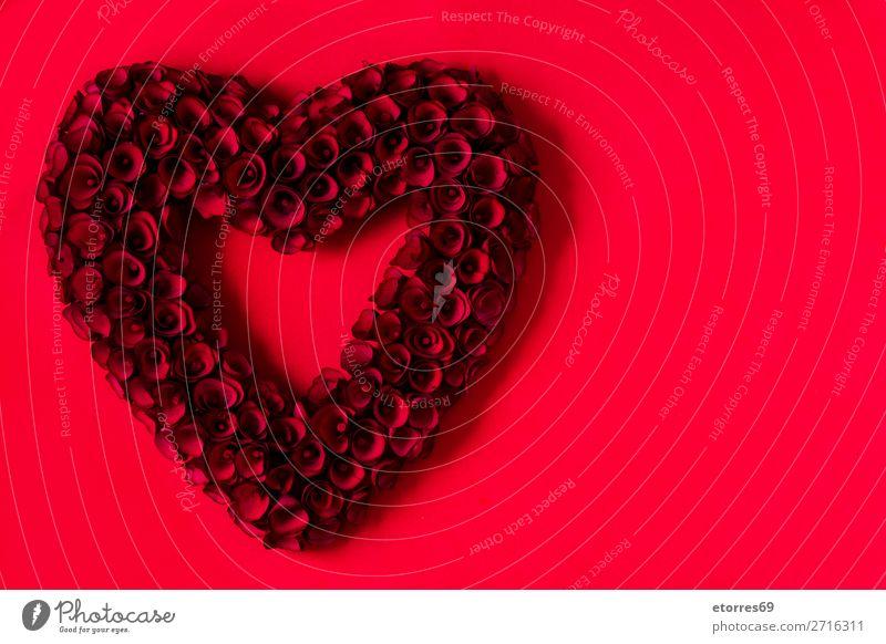 Herz aus roten Rosen auf rotem Hintergrund zum Valentinstag. Liebe Muttertag Blume Symbole & Metaphern Feste & Feiern Ferien & Urlaub & Reisen Feiertag Februar