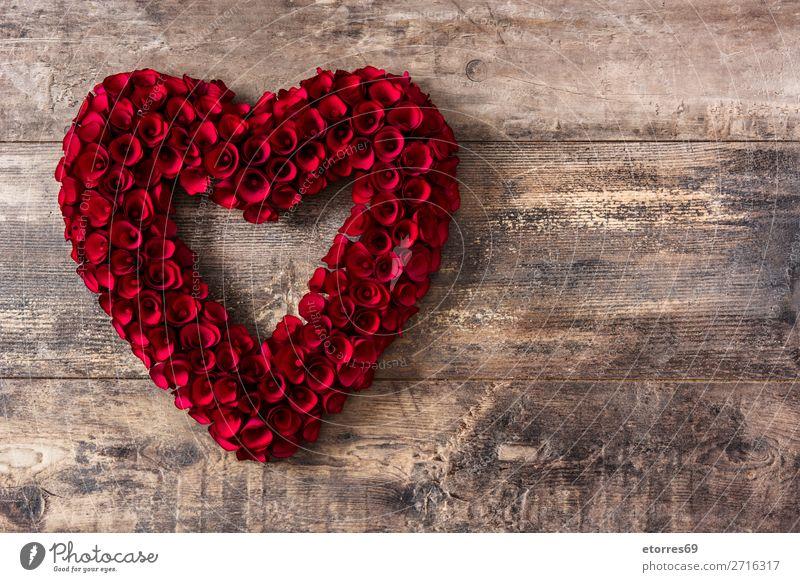 Herz aus roten Rosen auf Holztisch zum Valentinstag. Liebe Muttertag Blume Symbole & Metaphern Feste & Feiern Ferien & Urlaub & Reisen Feiertag Februar