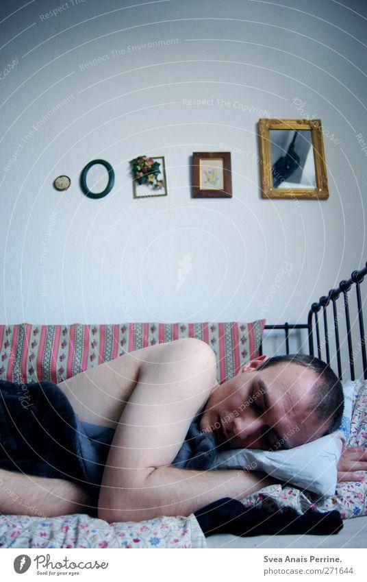montag morgen. maskulin Junger Mann Jugendliche Körper Haut Rücken Arme 1 Mensch 18-30 Jahre Erwachsene Schlafzimmer Bett Bettgestell Kissen Decke Bilderrahmen