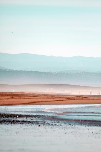 Strand, Berge und Himmel von Sidi Kaouki in Marokko, Afrika. Ferien & Urlaub & Reisen Natur Wasser Landschaft Meer Ferne Berge u. Gebirge Umwelt Küste Tourismus