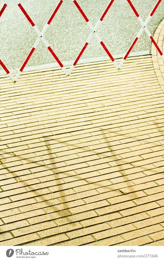 Sperre Erholung Tourismus Ausflug Sightseeing Städtereise Sommer Meer Ostsee Kleinstadt Stadt Menschenleer Platz Marktplatz Terrasse Straße Wege & Pfade gut