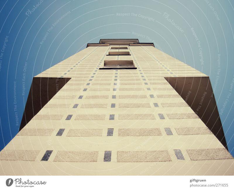 urban pyramid Stadt Menschenleer Haus Hochhaus Bauwerk Gebäude Architektur Mauer Wand Fassade Fenster außergewöhnlich hoch modern Strukturen & Formen Muster
