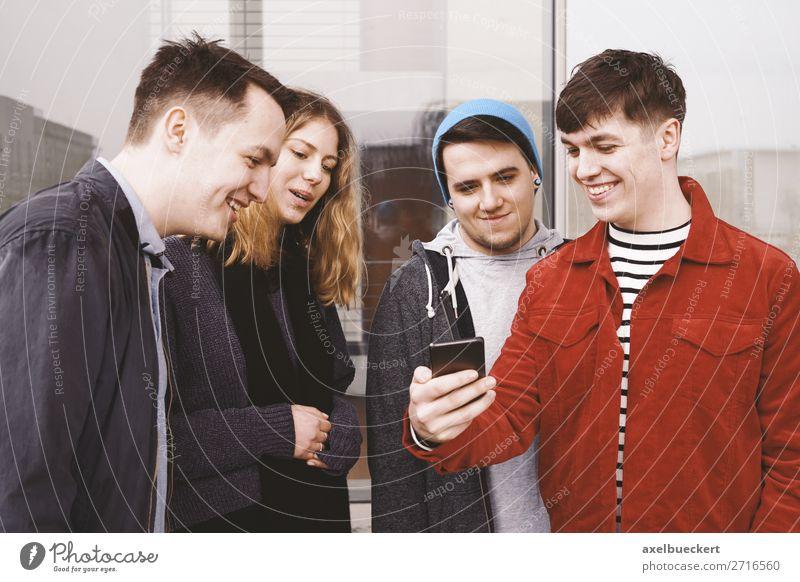 Freunde mit Smartphone Lifestyle Freude Freizeit & Hobby Handy PDA Mensch maskulin feminin Junge Frau Jugendliche Junger Mann Erwachsene Freundschaft 4